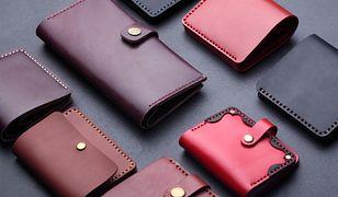 Skórzany portfel cieszy oczy eleganckim połyskiem i starannie wykończonymi detalami