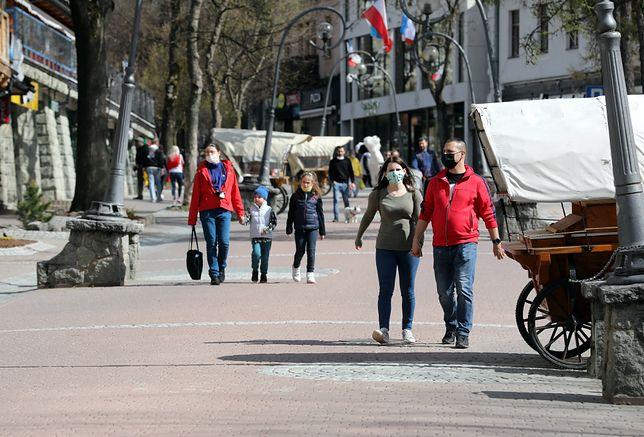 Koronawirus. Długi weekend w Zakopanem. Turyści już pojawili się na Krupówkach