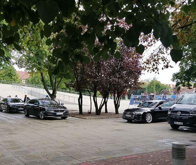 Marszałek, a skromny. Niemiecka premier landu przyjechała kawalkadą BMW, on wybrał škodę