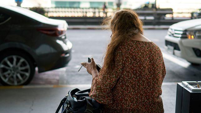 Większość lotnisk posiada specjalną strefę, w której można palić papierosy