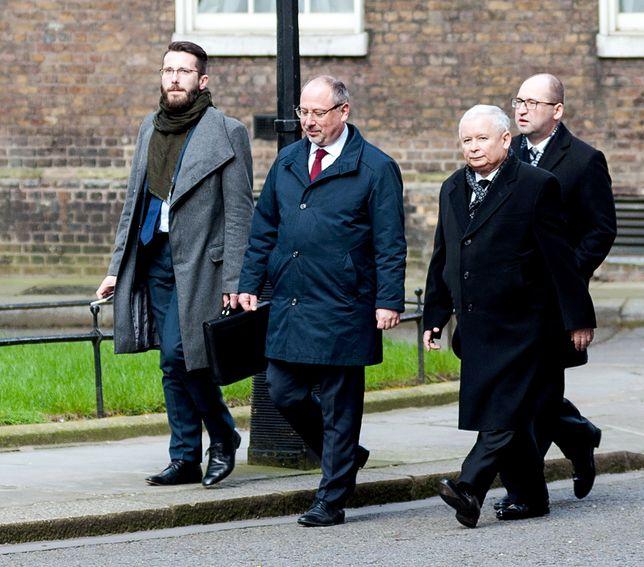 """""""Financial Times"""" o kulisach rozmowy Kaczyński-May. Polska postawiła Wlk. Brytanii warunki?"""