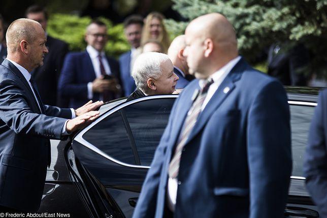 30 września. Konwencja PiS w Bydgoszczy. Prezes wsiada do auta w asyście prywatnego ochroniarza