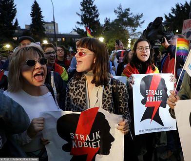 """Warszawa. Protest """"Jesień średniowiecza"""" przed Sejmem"""