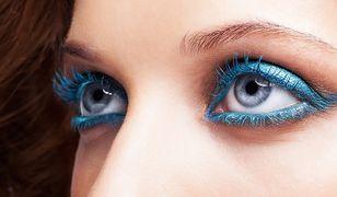 Jednym z najmodniejszych makijaży jest wariant z niebieskimi cieniami.
