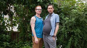 Za kilka miesięcy ten mężczyzna urodzi i zostanie matką!