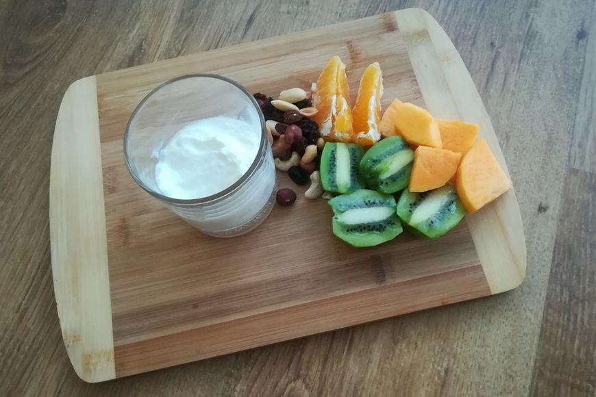 Jogurt z bakaliami i owoce