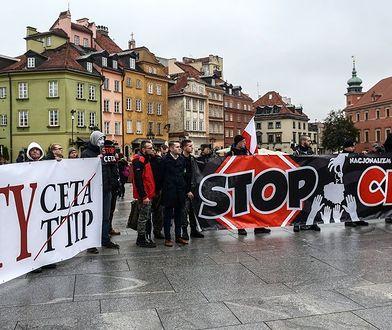 """Protesty przeciwników CETA przed ambasadą Kanady i na pl. Zamkowym. """"Polacy przeciw globalizacji"""""""