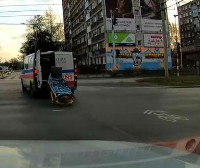 Wrocław. Karetka pogotowia w trakcie jazdy gubi nosze.