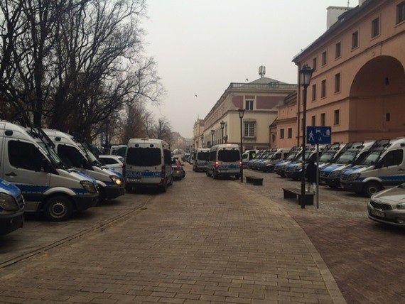 Policja ściąga posiłki do Warszawy. Więcej funkcjonariuszy na ulicach