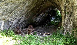 Jaskinia Ciemna położona jest na terenie Ojcowskiego Parku Narodowego, na zboczu Doliny Prądnika