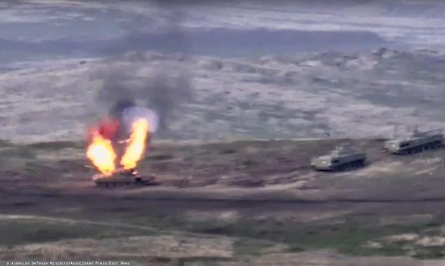 Armeńskie wojska atakują azerski czołg