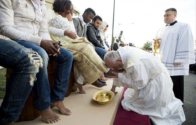 Papież umył nogi imigrantom. Dla wielu internautów to już za wiele
