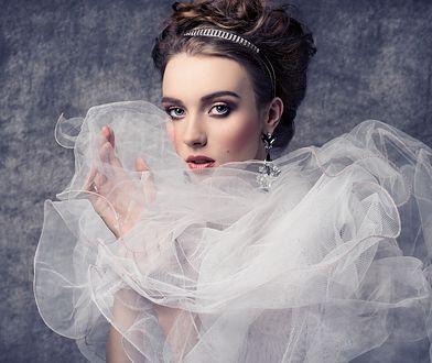 Fryzury ślubne z welonem, mimo rosnącej popularności wianków, ciągle cieszą się powodzeniem