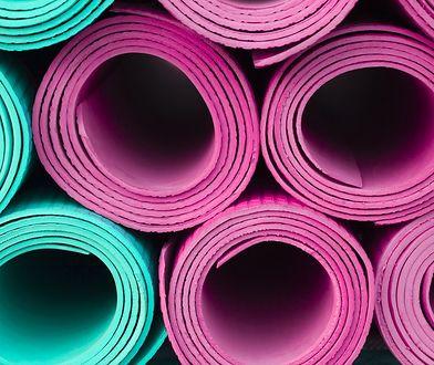 Odpowiednio wybrana mata do ćwiczeń znacznie zwiększa komfort podczas treningu.