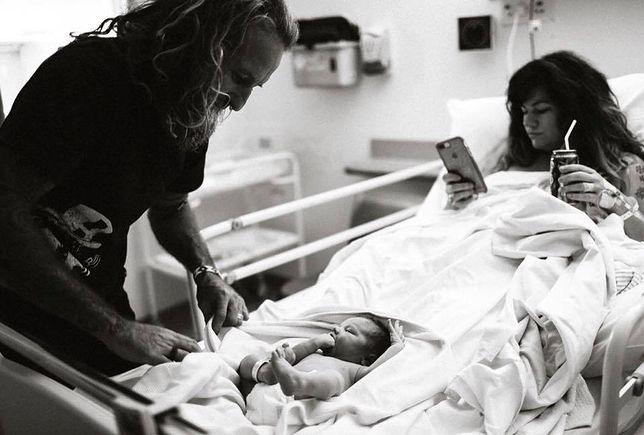 Zamiast zajmować się dzieckiem po porodzie, wyjęła telefon. Obserwatorzy oburzeni