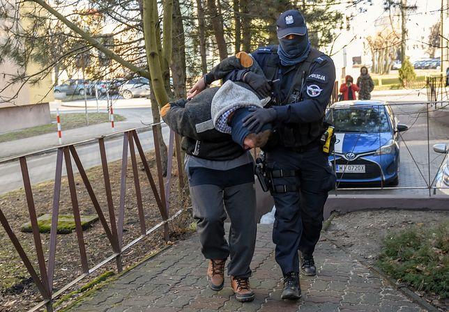 Gwałt biegaczki w Skokach. Doprowadzenie do prokuratury podejrzanego 26-latka
