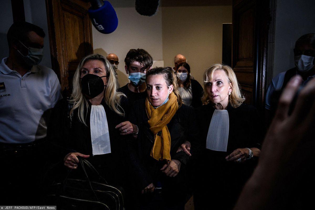 Valerie Bacot otoczona przez krewnych i prawników opuszcza francuski sąd