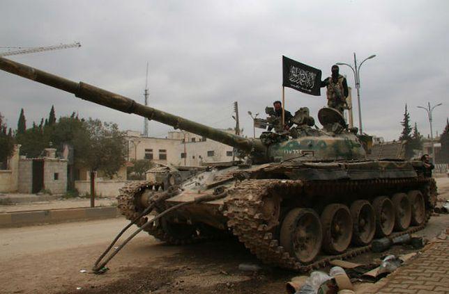Czołg islamistycznej koalicji w Syrii w odbitym z rąk sił rządowych mieście Idlib