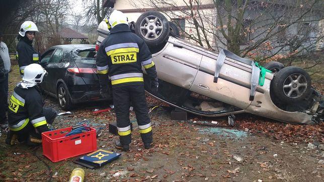 Samochód wpadł na auto zaparkowane przy posesji