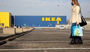 Holenderska IKEA oznacza naklejkami klientów bez maseczki