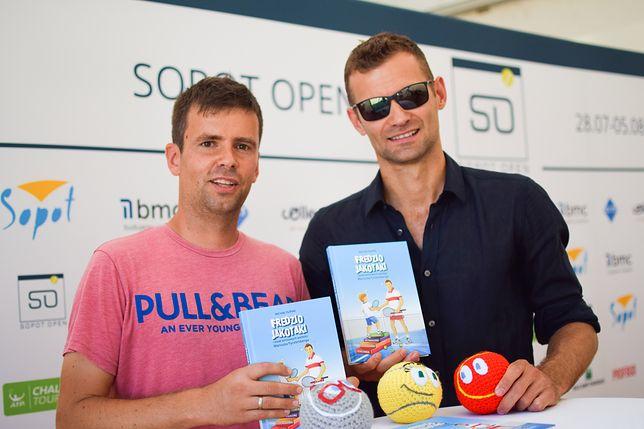 Przewodnikiem w książce jest jeden z najwybitniejszych polskich tenisistów - Mariusz Fyrstenberg