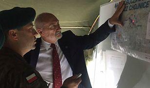 Szef MON Antoni Macierewicz podczas akcji w nawiedzonej nawałnicą wsi Rytel.