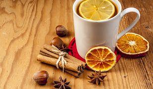Zimowa herbata może być wzbogacona rozmaitymi składnikami