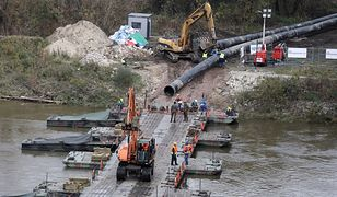 """Warszawa. Rozpoczęły się prace przy moście pontonowym pod rurociąg do """"Czajki"""" [ZDJĘCIA]"""