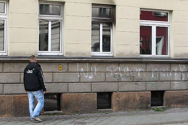 Osmalone okno w ośrodku dla imigrantów w Lipsku