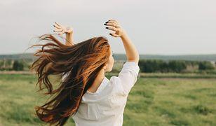 Błędy w pielęgnacji włosów często się zdarzają, ale warto zmienić szkodliwe nawyki.