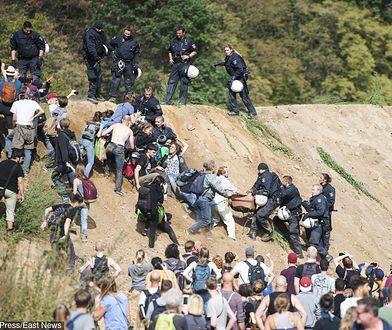 Bójki i szarpaniny z policją trwają od lat, ale tak poważnie jeszcze w Hambach nie było