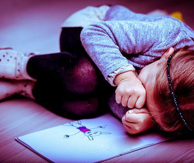 Na klatce schodowej 7-letnią dziewczynkę zaczepił nieznajomy mężczyzna.
