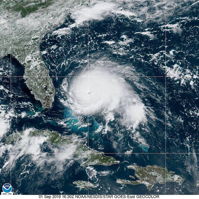 Huragan Dorian. Uderzył w Bahamy, już sieje spustoszenie. Wiatr osiąga prędkość 290 km/h