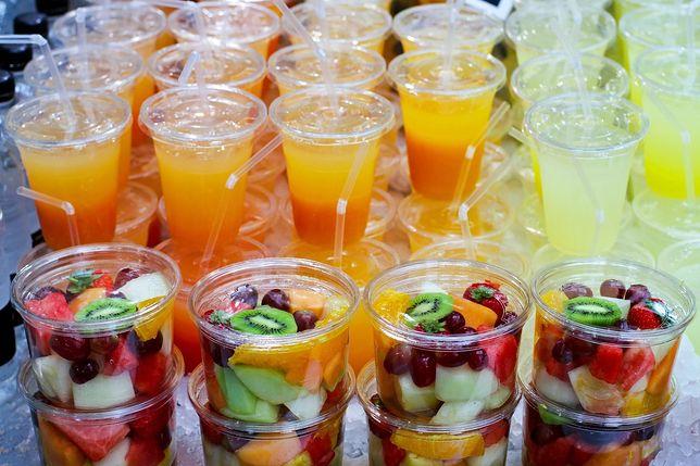 Zimne napoje przede wszystkim gaszą pragnienie, ale także dostarczają wartości odżywczych, a podczas specjalnych okoliczności pełnią funkcje obyczajowe. Przepisy na napoje zimne