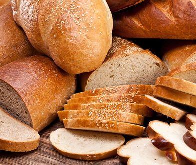 W diecie ubogoresztkowej zaleca się jedzenie białego pieczywa.