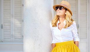 Spędzanie czasu na letnim słońcu umili nam modny, słomkowy kapelusz