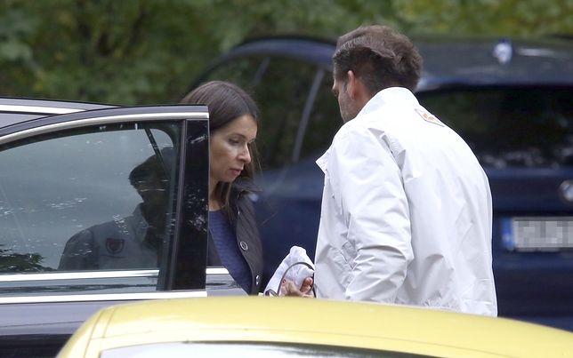 Kaczyńska wsiada do samochodu i namiętnie całuje męża. Miłość kwitnie