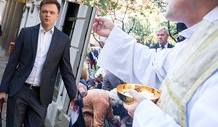 Szymon Hołownia wdał się w polemikę z księdzem. Kapłan nie chciał udzielić mu komunii świętej