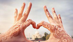 Tatuaż koronka wykonany henną to niebanalna ozdoba na dłoniach.