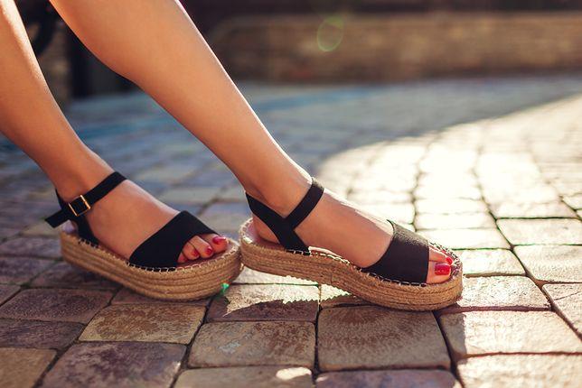 Wygodne sandały na koturnach w połączeniu ze sznurkową podeszwą to zgrany duet