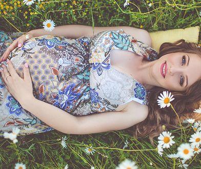 Plamy na twarzy w ciąży są wynikiem hormonalnej burzy i promieniowania ultrafioletowego.