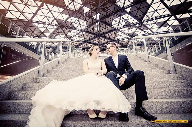 Niesamowity pomysł na sesję ślubną. Para z Łodzi zapamięta ją na długo