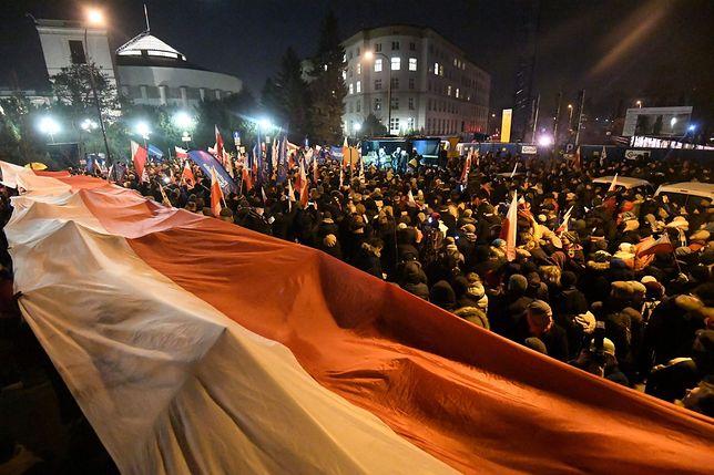 Pod Sejmem trwa protest KOD, do którego dołączyli posłowie opozycji