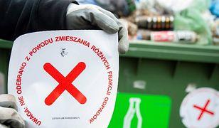 Tak prezentuje się naklejka ostrzegawcza dla mieszkańców Warszawy.