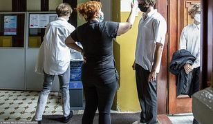 Koronawirus w Polsce. Dyrektor każe uczniom nosić maseczki. Sanepid: nie ma potrzeby
