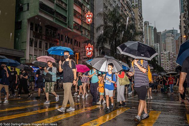 Silna ulewa nie odstraszyła mieszkańców Hongkongu, żeby solidarnie wyjść w niedzielę na ulicę miasta.