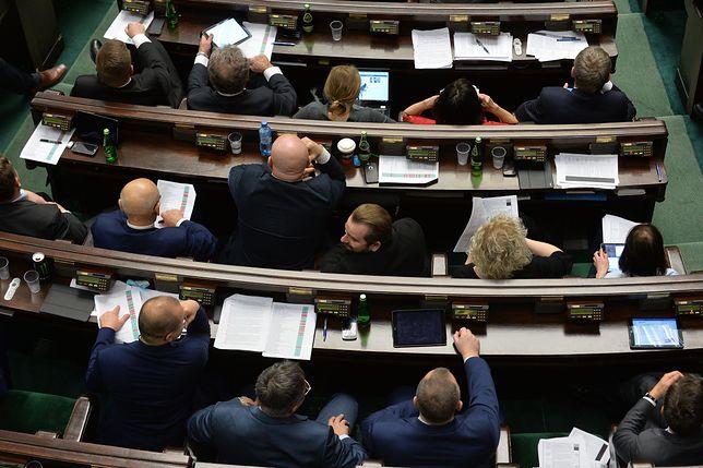 Zapomogi dla byłych posłów. Od początku tej kadencji poszło 1,5 mln zł
