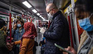 Po eksplozji koronawirusa wprowadzono obowiązek noszenia masek w metrze