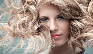 Puder do włosów dodaje objętości cienkim włosom