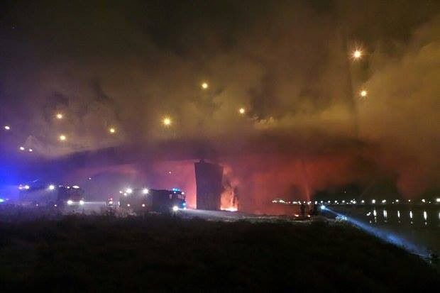Groźny pożar mostu Łazienkowskiego [WIDEO]